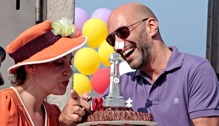 Encendiendo las velas de la Tarta aniversario de La Escalerona.