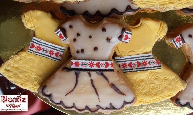 gALLETA PARA EL ÁRBOL DE NAVIDAD Vestiditos de galleta y yema o azúcar glass.