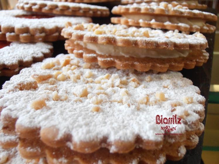 Botones con deliciosa galleta rellenos de chantilly y con almendras tostaditas.