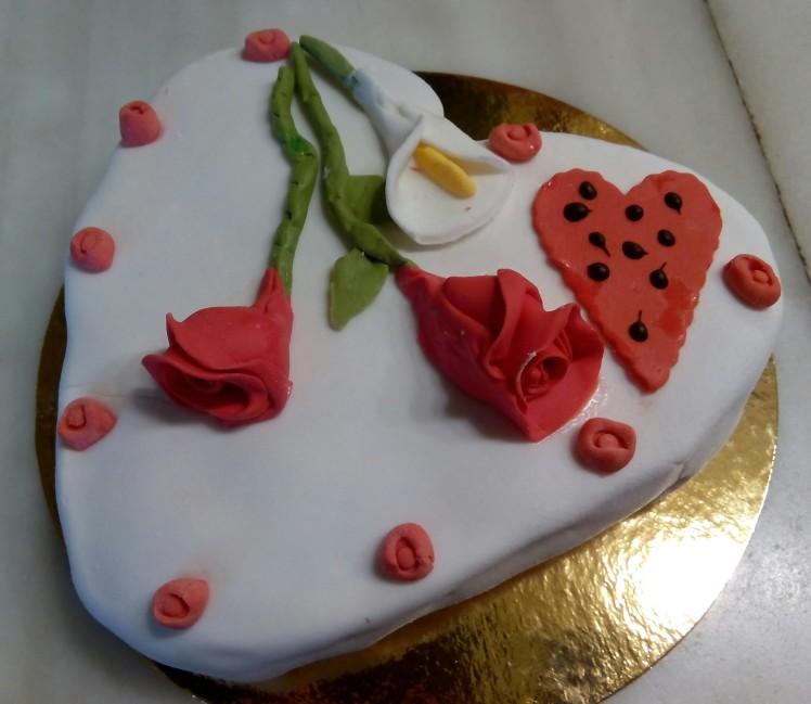 Tarta corazón: Tarta con forma de corazón con fino bizcocho, rellena de nata y fresas naturales cubierta con un fondant de chocolate Peso aproximado, 500 gr.