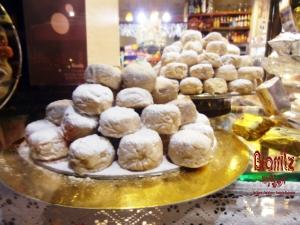 En la Andalucía del siglo XVI, concretamente en Sevilla un exceso en la cosecha de trigo y manteca de cerdo dan lugar al hoy conocido como polvorón. Su nombre se debe al espolvoreado en harina que  recuerda al polvo o la nieve, ya que en otros lugares son conocidos como nevaditos. Ingredientes: harina, manteca, azúcar, canela, almendras molidas.