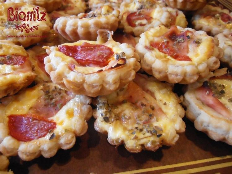 Mini quiche Lorraine de jamón y queso, mini quiche de pimientos con atún.