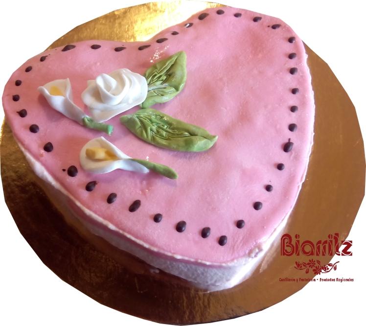 Confitería Biarritz te propone que celebres el San Valentín mas dulce. Comparte una deliciosa tarta con la persona que te apetezca y… ¡Celebra San Valentín! ¿Qué te ofrecemos? • Opción 1 por 10€: Tarta corazón: - Tarta con forma de corazón con fino bizcocho, rellena de nata y fresas naturales cubierta con un fondant de chocolate - peso aproximado, 500 gr. • Opción 2 por 1,80€ :Surtido de galletas decoradas: - 40 gr. de galletas decoradas de mantequilla.
